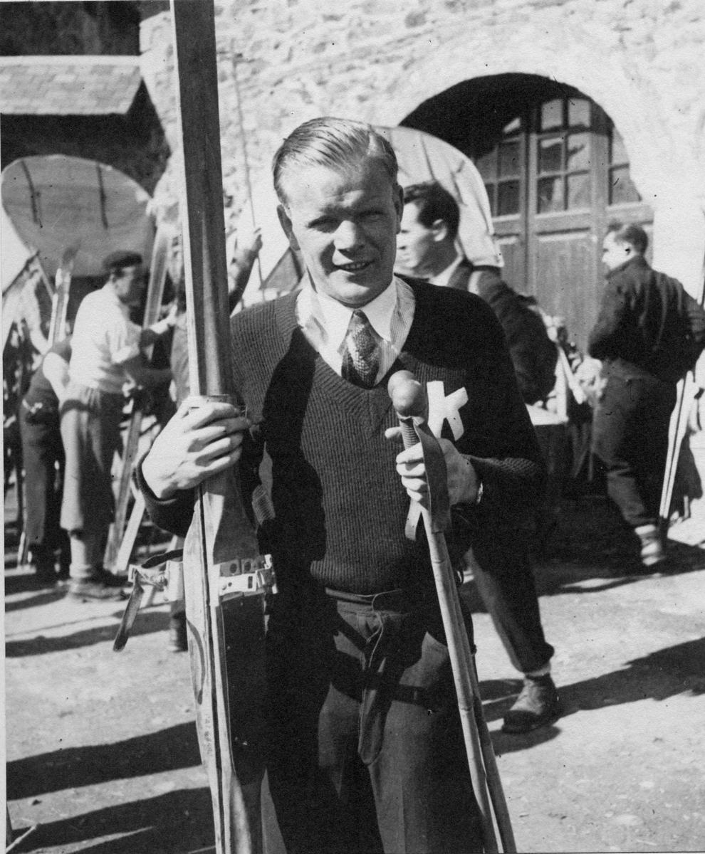 Sigmund Ruud utenfor skihytten i La Molina. Sigmund Ruud at ski cabin at La Molina 1934.
