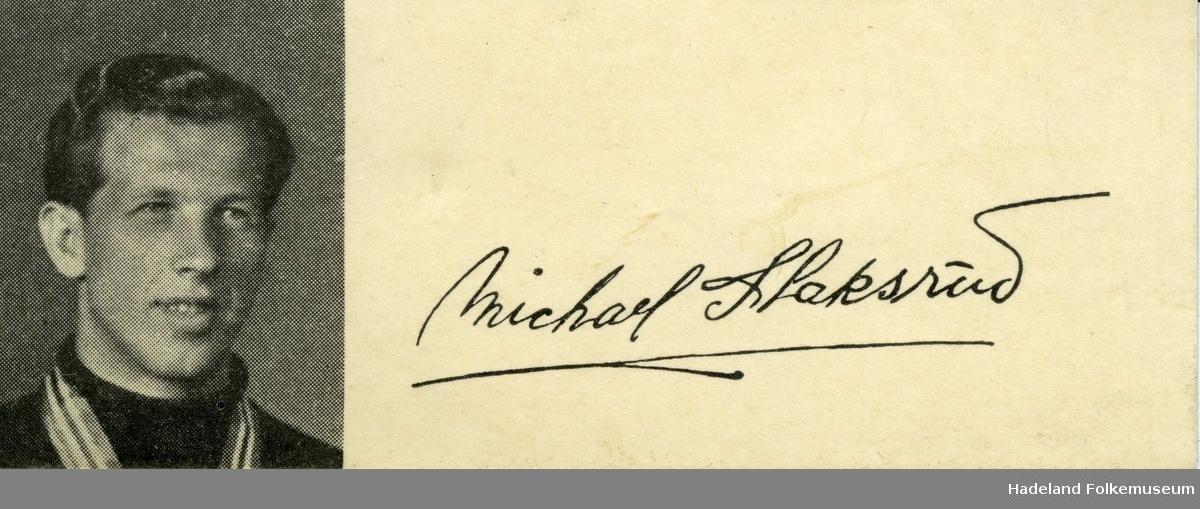 Portrett, brystbilde, av Michael Staksrud. Michaels Staksruds signatur til høyre for fotografiet.