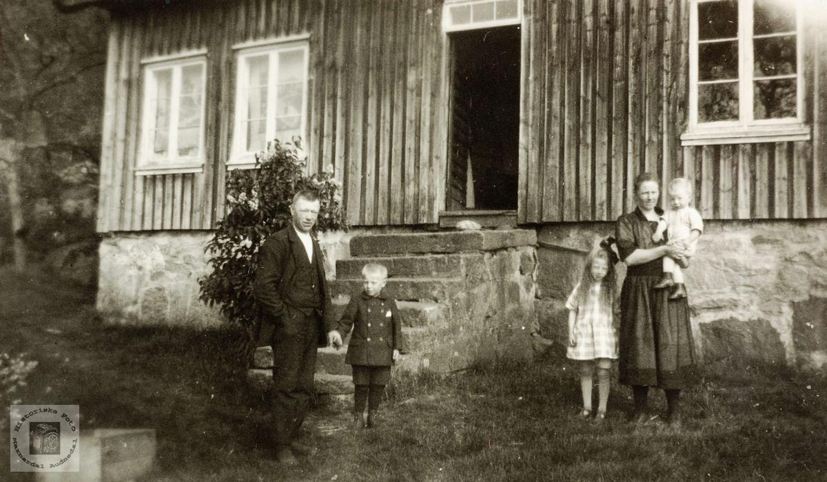 Familiebilde av familien Byremo, Høyland i Grindheim.