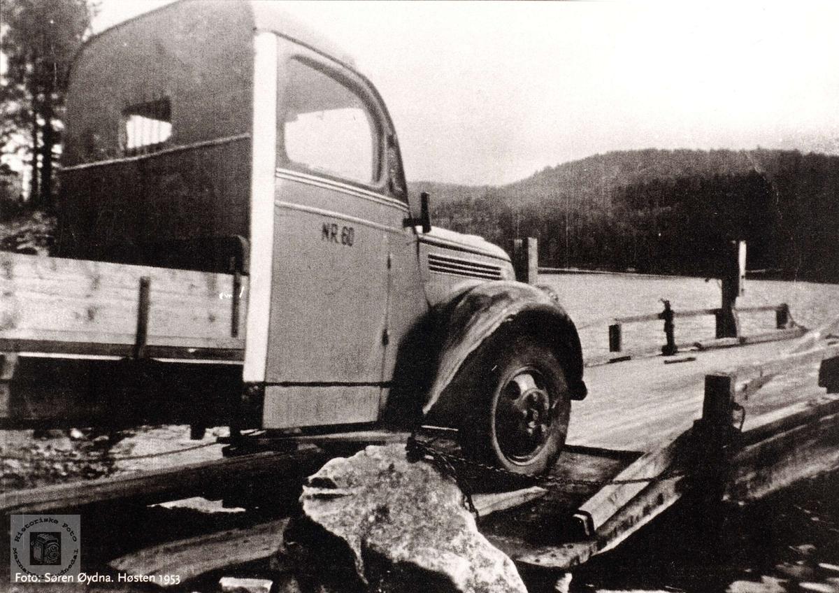 Lasteruta kjører inn på Sveindalsferja som gikk over Mandalselva. Grindheim.