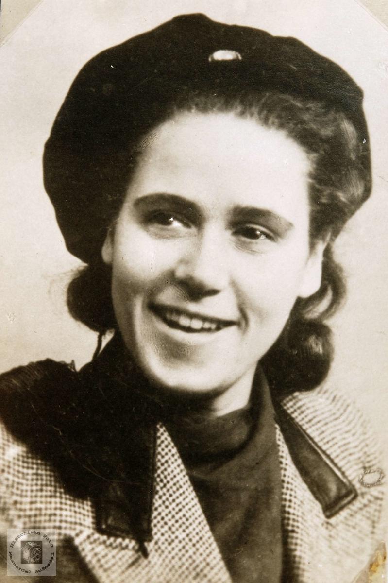 Portrett av Anne Thommassen, fra Ågedalstrand i Bjelland senere Audnedal, som student.