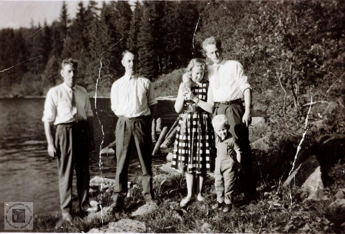 Idyll ved Hauslandstjenna bak Lauvåsen på Fevik ved Grimstad. Personer fra Åseral og Grindheim.