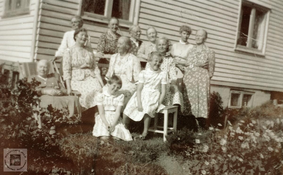 """Kvinneforrening på """"Haugly"""" i Selandsdalen, Grindheim senere Audnedal."""