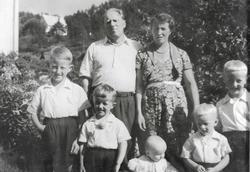 Portrett av familien Petersen på Kollungtveit i Grindheim Audnedal.