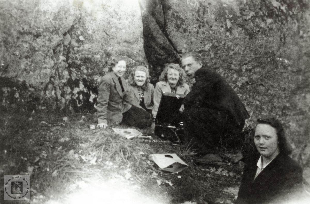 Ungdommer fra Høyland på tur med sveivegrammofon. Grindheim Audnedal.