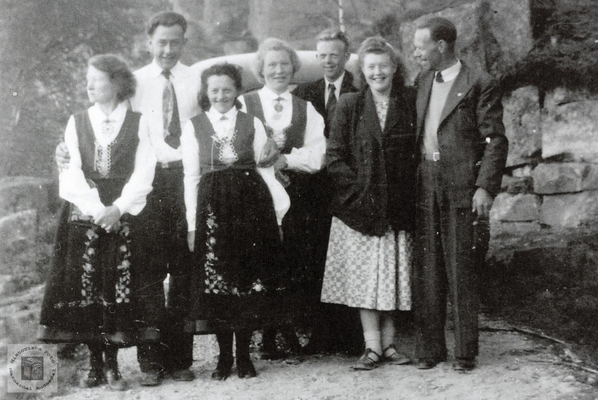 Personer fra Grindheim samlet i finstasen. Audnedal.