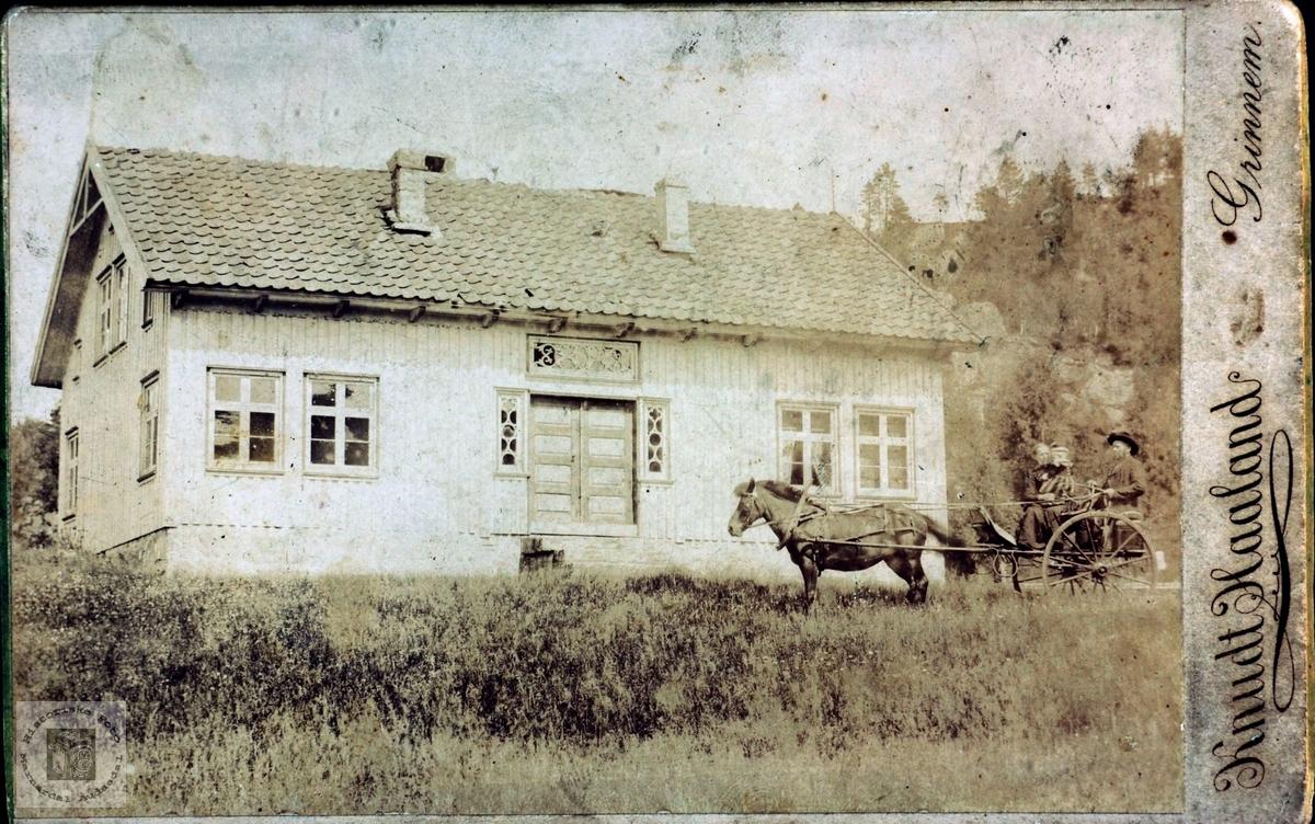 Ukjent ektepar på tur med hest ved ukjent hus, muligens i Grindheimsområdet i Audnedal.