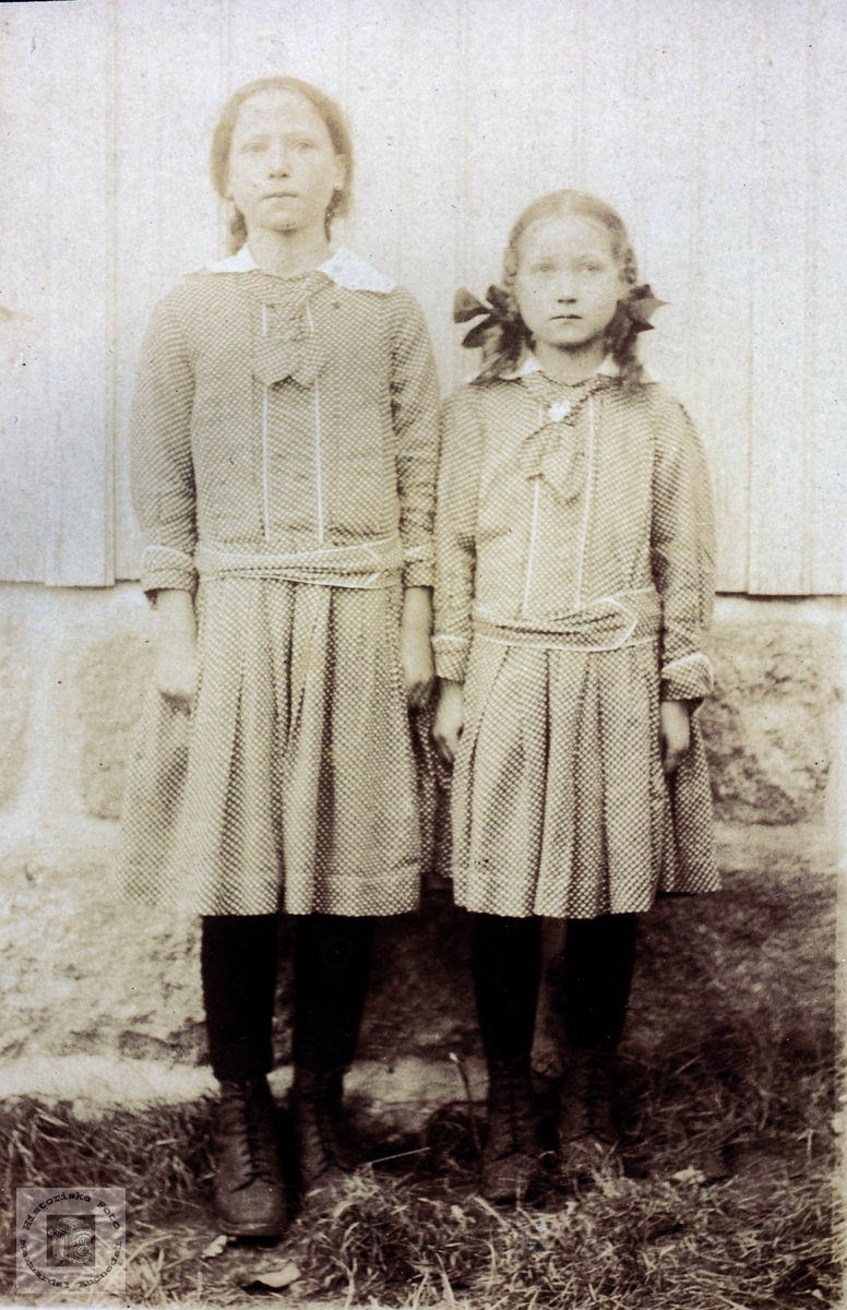 Søskenportrett av Boghild og Sigrid Røynesdal. Grindheim Audnedal.