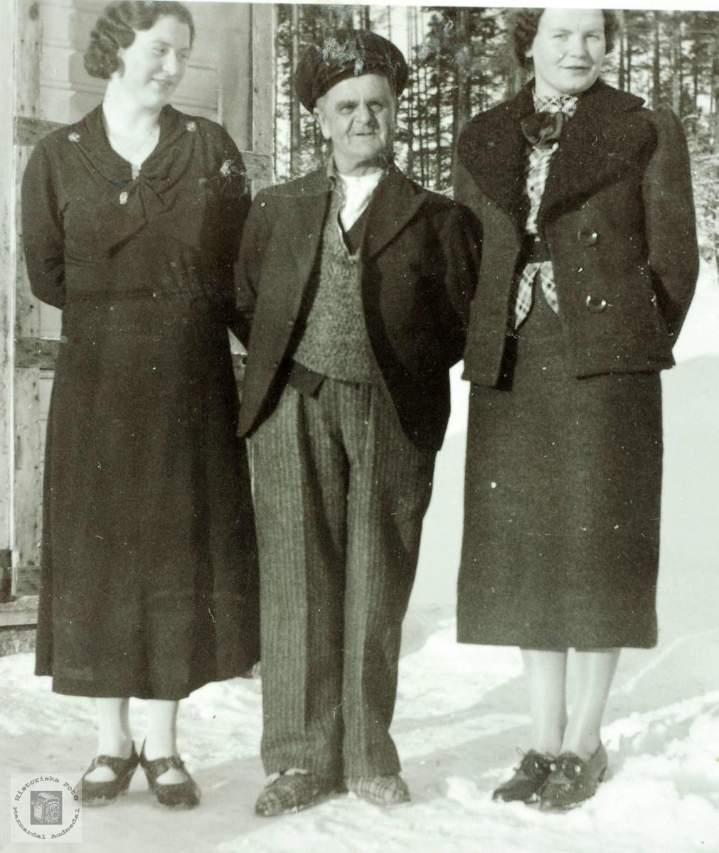 Lisle-Jo mellom sine to pene butikkdamer på Sveindal. Grindheim Audnedal.