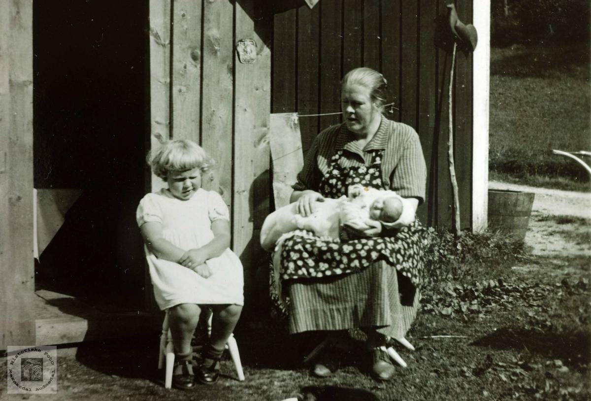 Mor og barn på Bursteigen, Hårtveit. Grindheim Audnedal.