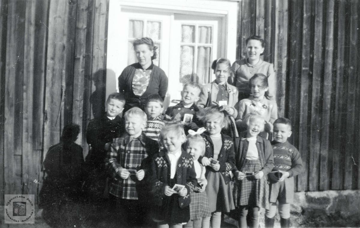 """Søndagskolen i Selandsdalen samlet i """"Krokan"""". Grindheim."""