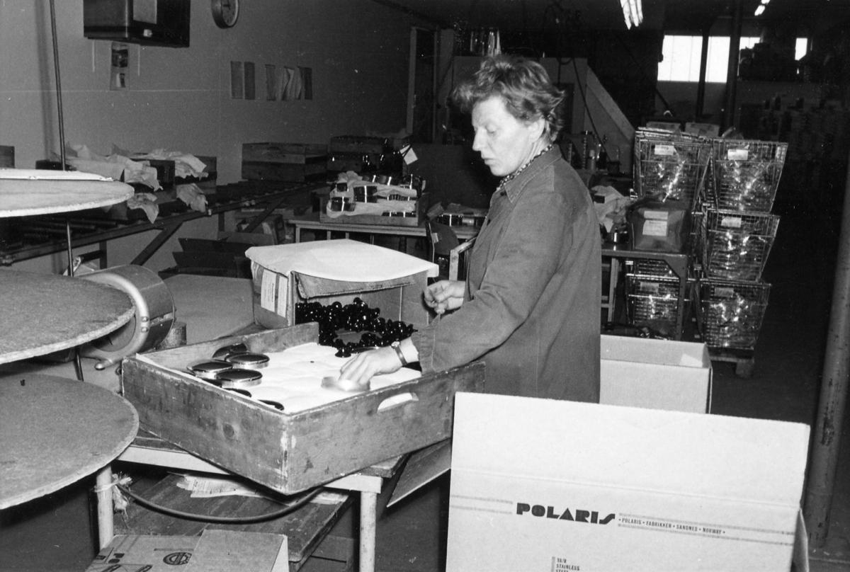 Polaris AS - Fra produksjonen - Lill Aase monterer knotter på kjelelokk