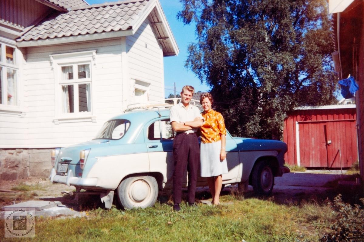 Jørgen og Anne Gurine Helle med ny bil. Konsmo.