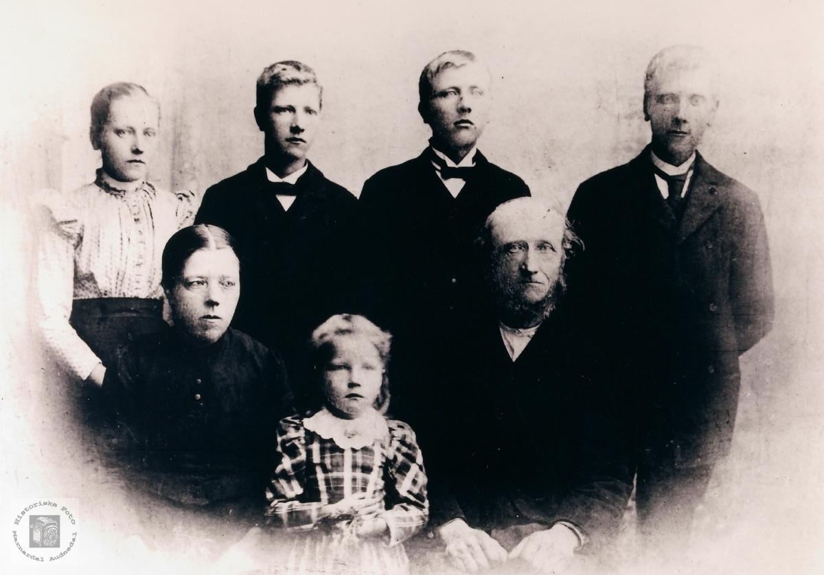Familieportrett av familien Bjøru Håland. Grindheim.