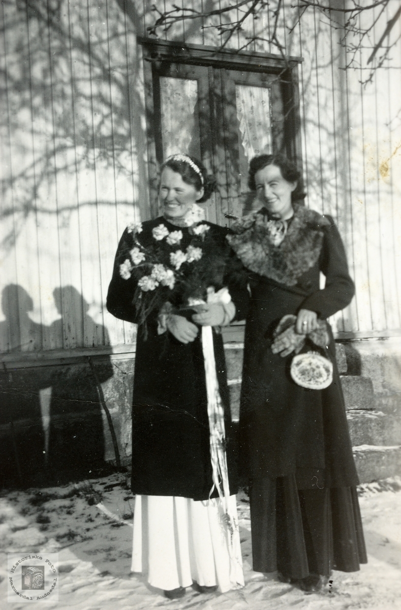 Søstrene Tngrid og Asborg Sveindal ved heimen på Sveindal. Grindheim.