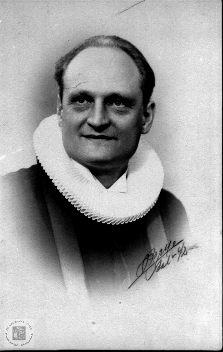 Portrett av Bjarne Hammerstrøm, sogneprest.