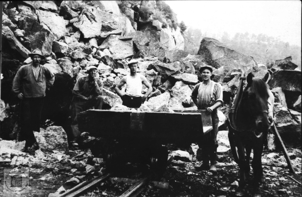 Arbeidslag på jernbanen. Laudal - Konsmo.