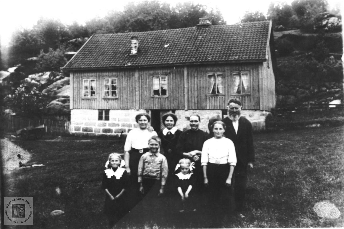 Familiegruppe muligens på Glomså i Laudal.