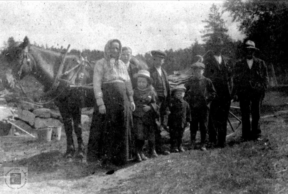 Familiegruppe foran hesten muligens fra Tjomsland, Laudal eller omegn.