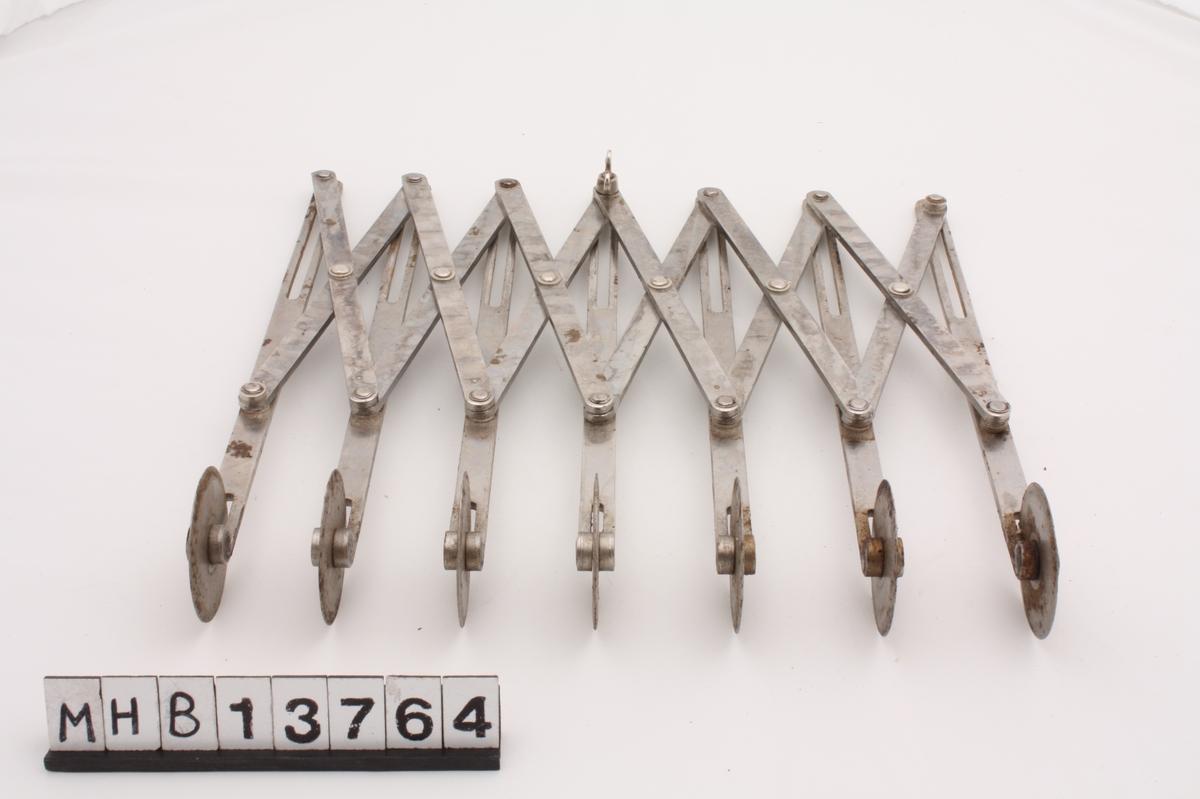 Redskap for å skjære ut jevne remser eller ruter av deig. Det består av 7 metallstenger med hjul nederst. Mindre metallstenger som danner et kryss forbinder stengene med hjul med hverandre. Det er spor i hjulstengene øverst, som gjør at redskapet kan trekkes utover eller innover, slik at avstanden mellom hjulene varieres. Dette gjør at en kan skjære smalere eller bredere remser av deigen.