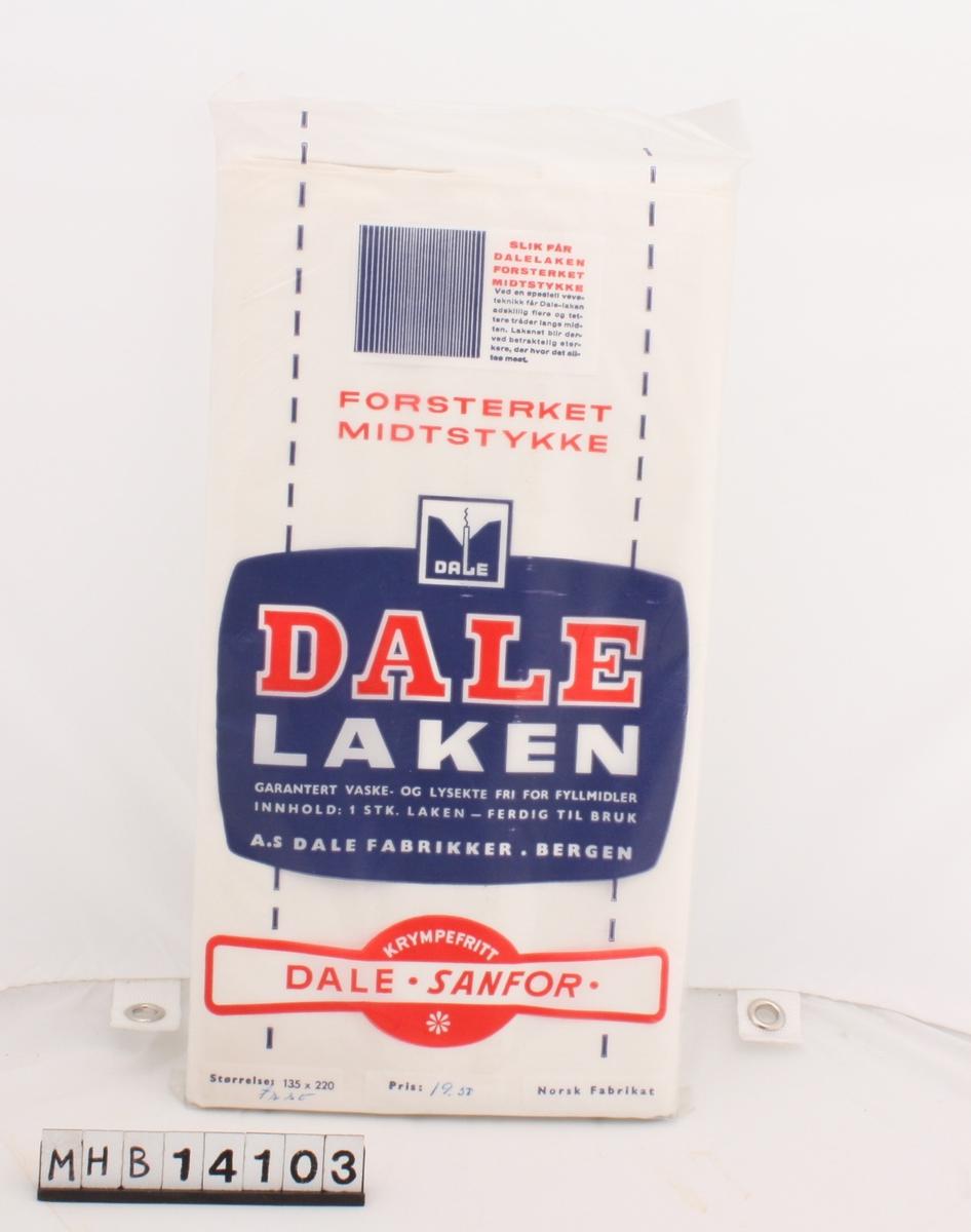 Hvitt laken i uåpnet plastemballasje. Lakenet er brettet sammen og plassert i emballasjen.