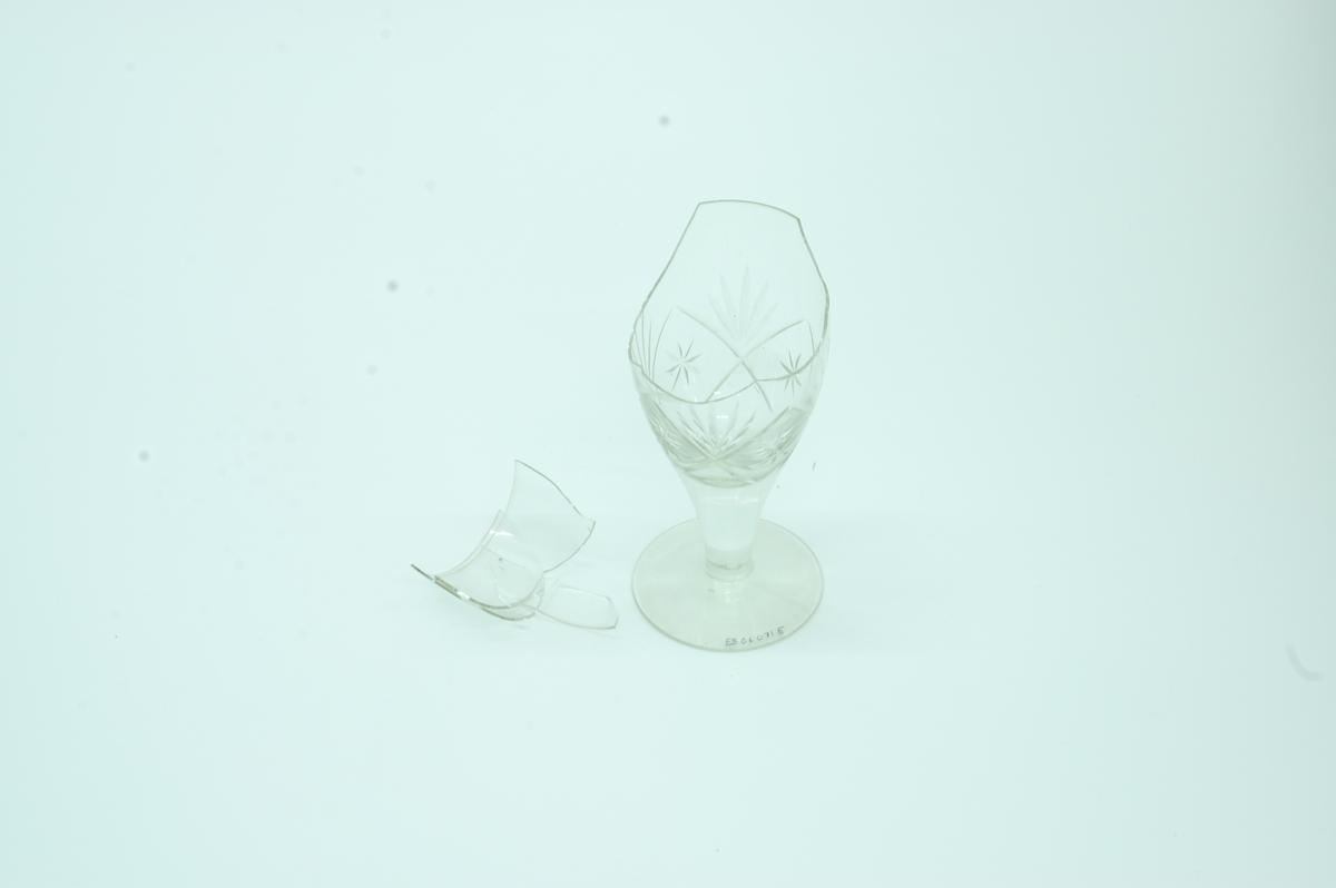 Form: stetteglass der stetten går i ett med glasset. Glasset er litt trangere i overkanten enn midt på. Stetten omtrent like omfangsrik som glasset