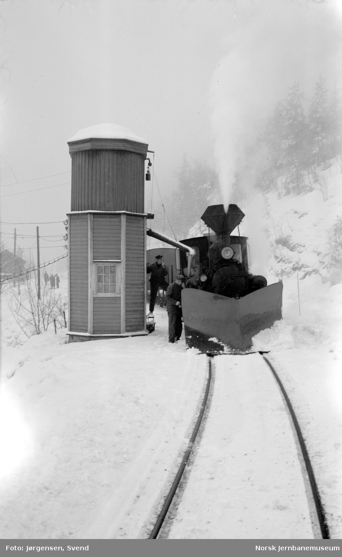 Damplokomotiv i godstog 5661 tar vann på Røyknes stoppested