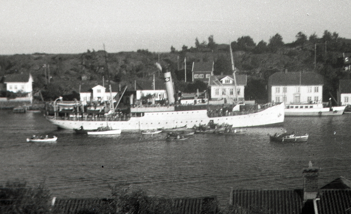D/S 'Galtesund' (b.1905, Burmeister & wain, København), i Lyngør. I bakgrunnen rutebåt 'Dypvåg' (b.1944) foran butikken, og vakthuset for losene.