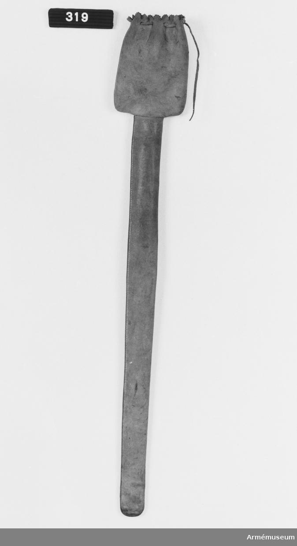 Samhörande nr är 316-319. Skinnfodral t sabel m/1899 f infanteriofficer. Tillhör uniform.