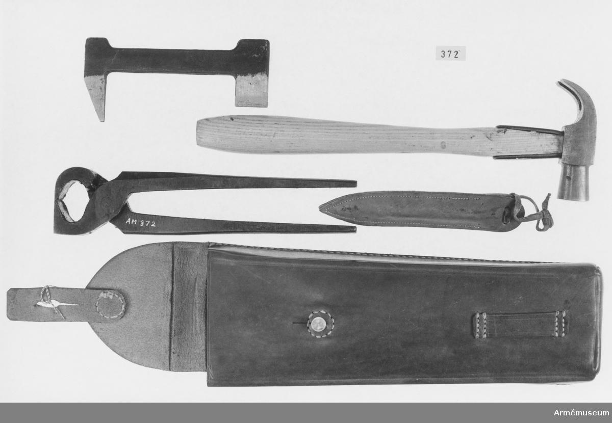 """Verktygssats t broddning, veterinärväsendet. Läderfodral innehållande verktyg. Består av 6 delar. Se bif. förteckning. Ur """"Satsförteckning m.m. över veterinärmateriel, utgiven av Armeintendenturförvaltningen"""", 1962 års upplaga, s. 17. Verktygssats t broddning i fodral nr. 770."""