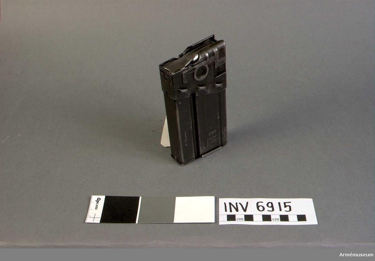 Märkt FRT G3 HK 6/63 12-127-7058.  Samhörande: AM 6914 automatkarbin fm/1964 G 3 och AM 6915 stångmagasin 20-skotts.