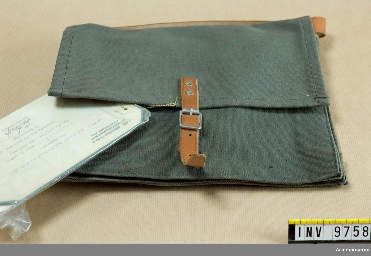Ammunitionsväska m/1940. Av gråbrungrön smärting med ljusbrun remmar.