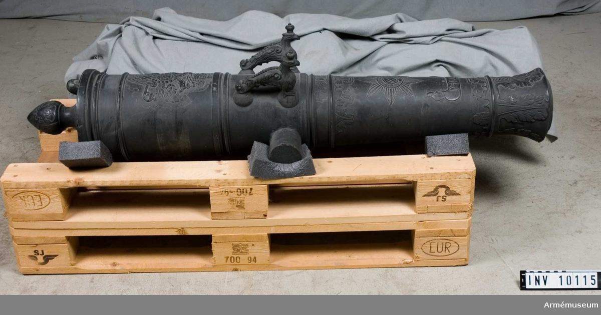 Grupp A:I. På kammarstycket: ryska vapnet (dubbelörn) samt på det långa fältet: årtalet 1741. I övrigt utsirat med många  ornament.