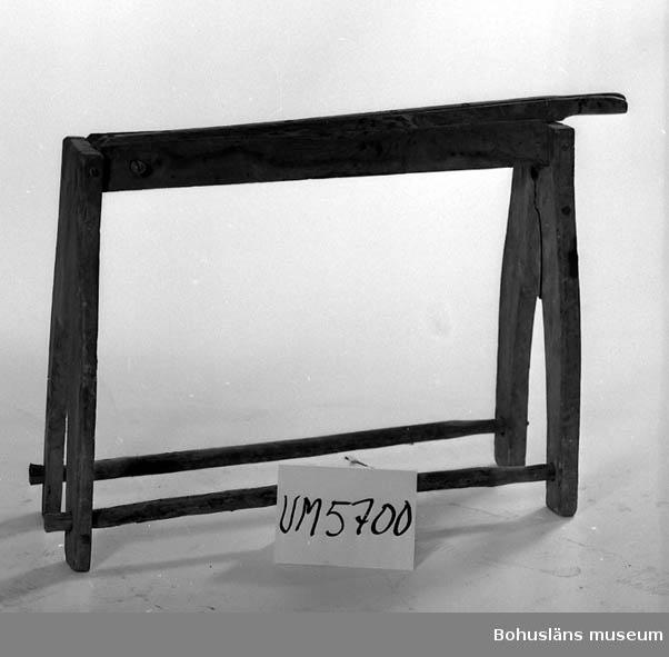 Ur handskrivna katalogen 1957-1958: Linbråka Bottenmått: L: 81,5. Br. 29. H: 65,5. Trä. Föremålet helt. Äldre skada lagad med järnband.  Lappkatalog: 70