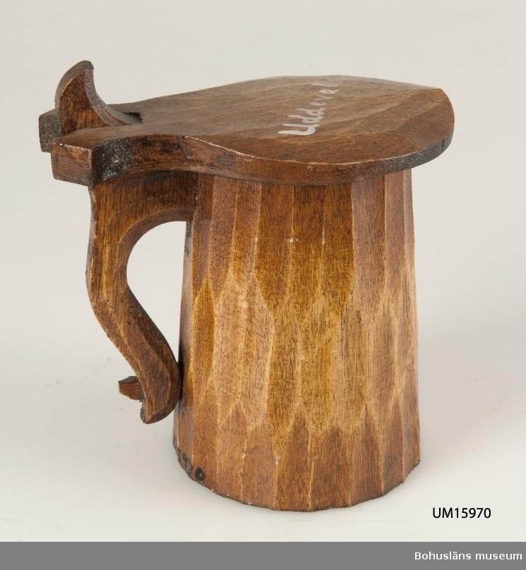 """Med lock, på locket målat ordet: """"Uddevalla"""".  Se UM015810"""
