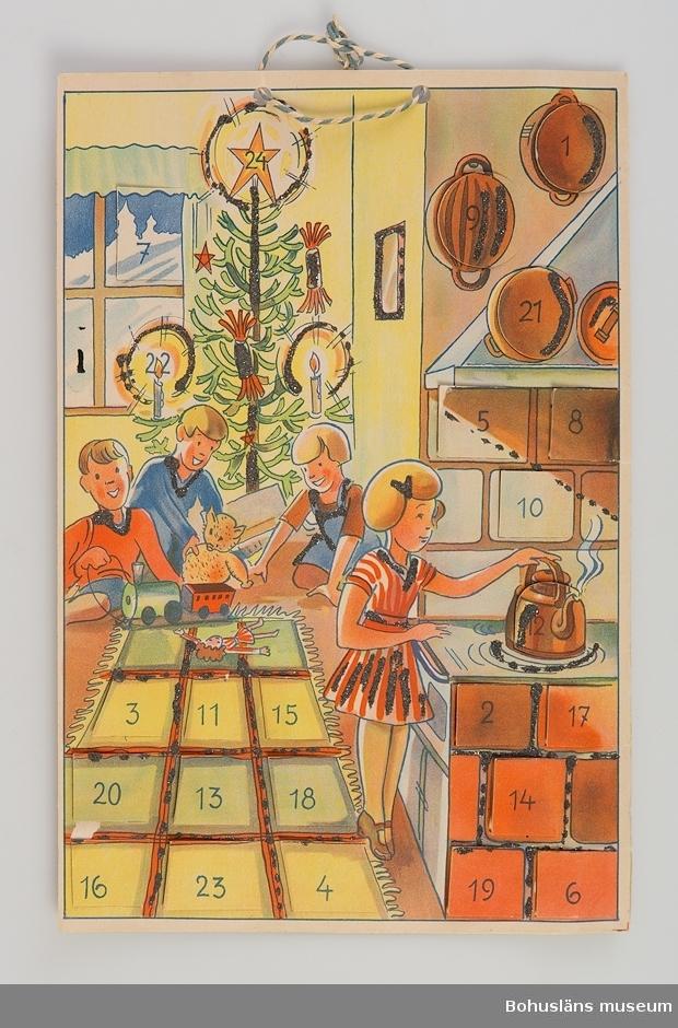 Adventskalender med 24 luckor. Föreställer lekande barn vid julgran i kök med flicka vid spisen. Flerfärgstryck och med glitterdekor. Troligen använd av Gustaf och Greta Karlssons son Gunnar Haggren. Se UM018527