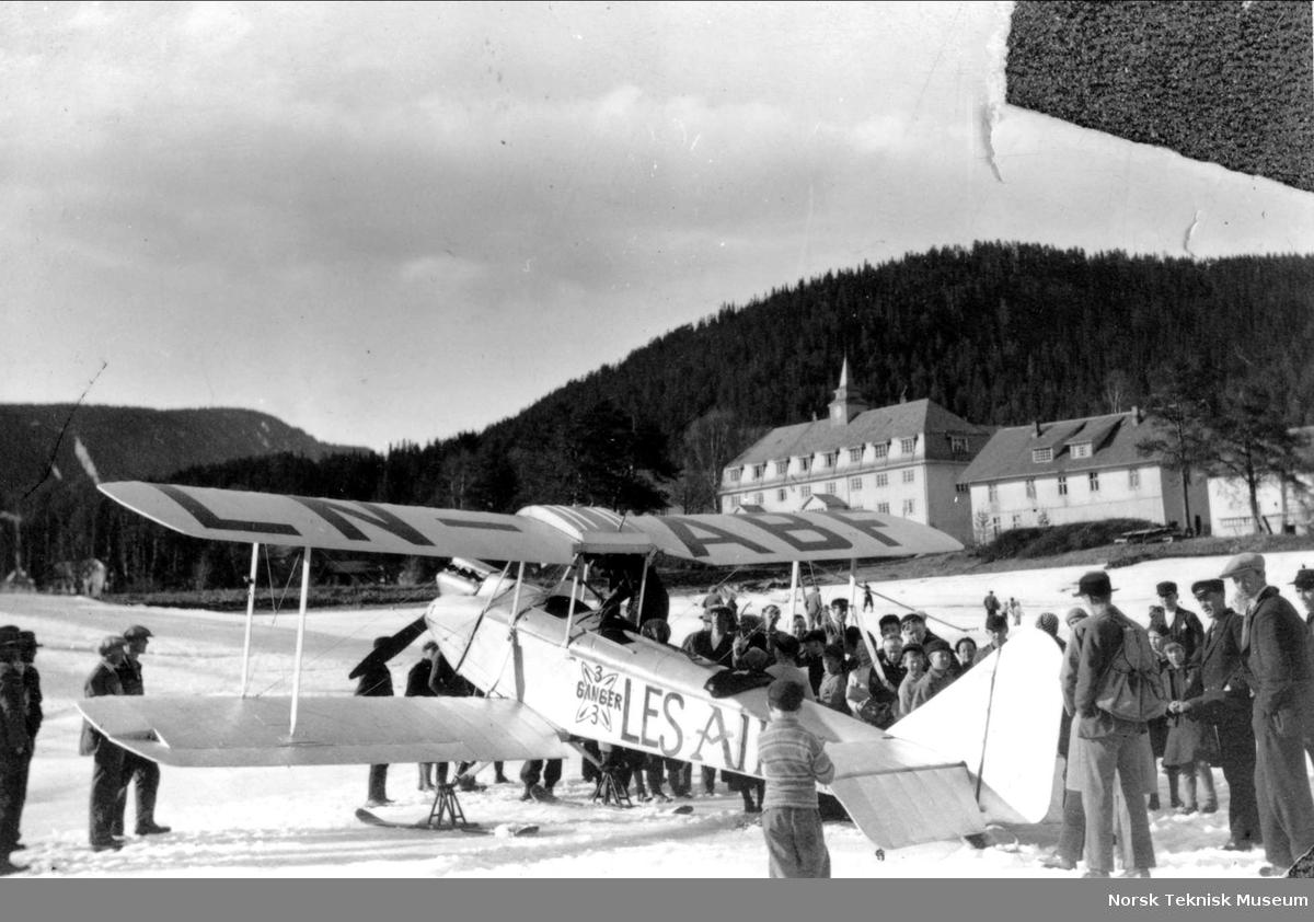 Alf Gunnestad med sitt Avro 594 Avian IV med registreringsnr. LN-ABF på Fagernes. Gunnestad foretok rundflyvninger for Allers Flyveklubb og her er flyet omgitt av et interessert publikum