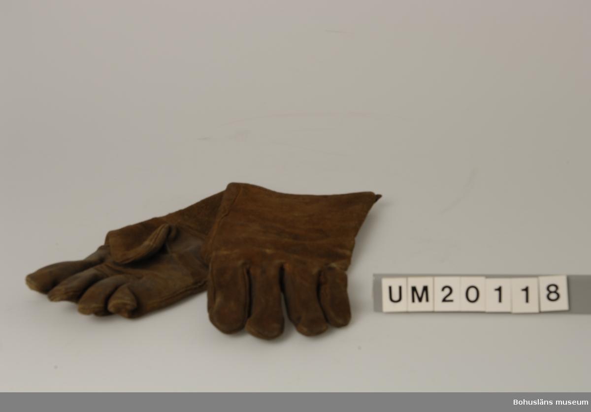 """Föremålet visas i basutställningen Uddevalla genom tiderna, Bohusläns museum, Uddevalla.  594 Landskap BOHUSLÄN  Den ena handsken är trasig i fållen. En handske märkt med: """"8231""""."""