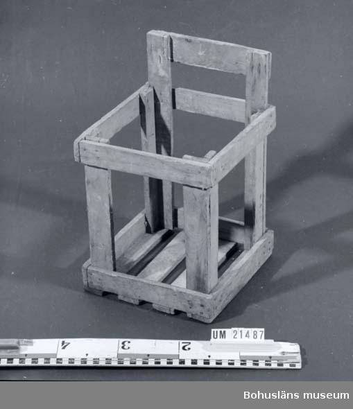 """594 Landskap BOHUSLÄN  Typ svagdrickställ med bärhandtag. På baksidan skrivet med blyerts: """"Batteriet"""". Omålat.  UMFF 25:6"""