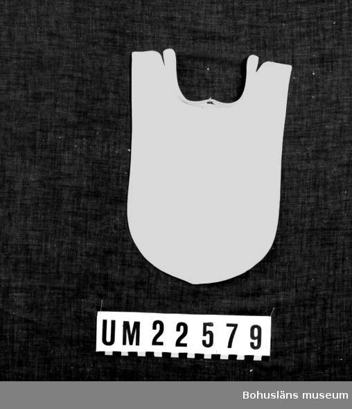 594 Landskap BOHUSLÄN  Skjortbröstet har en blindsöm och ett knapphål framtill.  UMFF 121:9