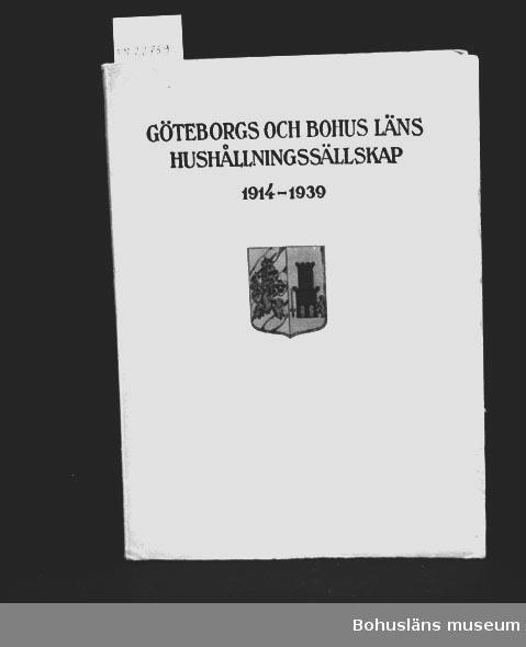 """412 Förvärvstillst PÄRM LÖS. LAGAD MED TAPE  """"Göteborgs och Bohus läns Hushållningssällskap 1914-1939"""" Ägaren Far till givaren. Ort Ägare, Se Placering.  För upplysningar om ägarna, Gunnar och Greta Karlsson, se UM018527. Gåvan omfattar UM022759 - UM022779. Ytterligare gåvor från samma familj, se  UM018527 - UM018596 och UM024884 - UM024915.  Neg.UM 136:8"""