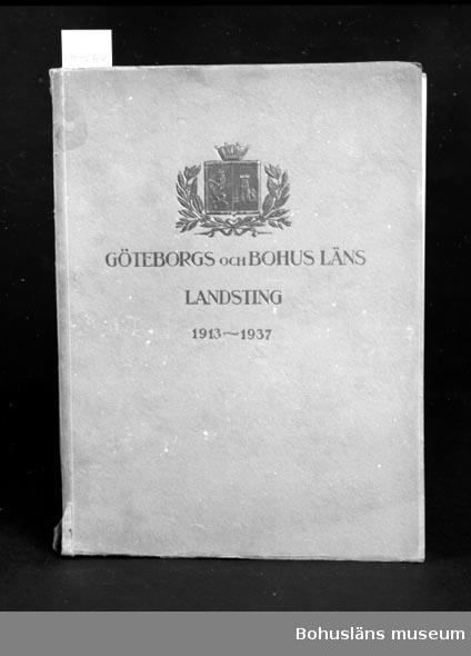 """594 Landskap BOHUSLÄN 503 Kön MAN 394 Landskap VÄSTERGÖTLAND  """"Göteborgs och Bohus Läns Landsting 1913-1937"""" Se UM22759 Neg. UM136:9  För upplysningar om ägarna, Gunnar och Greta Karlsson, se UM18527. Gåvan omfattar UM22759 - UM22779"""