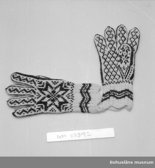 Handstickade fingervantar av ullgarn, mönstrade i vitt och mörkbrunt. På händernas ovansidor stora stjärnor, på resten av vantarna mindre geometriska mönster. Mudden i spetsstickning, vit med mörkbruna ränder. Vantarna ihopknutna med en bit ullgarn. Aldrig använda som vantar utan ingick i en samling mönster och modeller Ruth Thorburn använde i sitt arbete som handarbetslärarinna. Personuppgifter om Ruth Thorburn se UM025385. Se även Släktkrönikan, Tidning för medlemmar av släktföreningen Thorburn-Macfie 1985, i museets bibliotek.