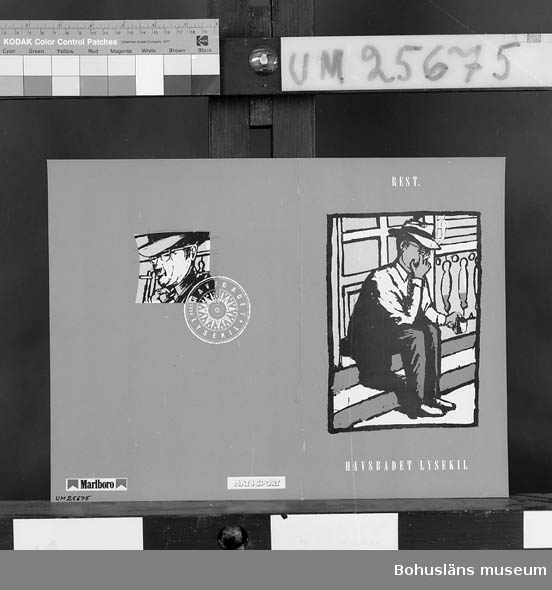 """594 Landskap BOHUSLÄN  Måtten anger hopvikta drinklistan. Framsidan med teckning av man på veranda och text: """"Rest Havsbadet, Lysekil. Meny"""" mot grå bakgrund. Baksidan teckning av manshuvud och kompassros med namnet """"Rest. Havsbadet, Lysekil"""" i samt reklamlogotype för Marlboro cigaretter och Mats Sport. I mittuppslaget förteckning över viner, öl, läsk, vatten, kaffe, likörer och sprit. Runt kanten namn på olika alkoholmärken.  Insamlad i samband med dokumentation av Havsbadsrestaurangen, Lysekil sommar- säsongen 1992."""