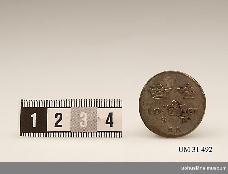 10 öre SM, 1739. [silvermynt]. Mynt  präglat under Fredrik I:s regeringstid.  Åtsida: IN DEO SPES MEA [I Gud mitt hopp] Frånsida: Tre kronor med texten 10 ÖR. S M. 10 öre SM kallades för dubbel pjäs och värdet var officiellt 12 öre trots valörbeteckningen. Kallades även för tolvstyver.  Fredrik I , 1676 -1751, kung av Sverige 1720–1751. Gift med Ulrika Eleonora d.y., (1688-1741), regerande drottning av Sverige 1719–20, syster till  Karl XII.  Förvärvsdatum okänt.  Uppgifter hämtade från Riksbankens hemsida och hemsidan Tonys mynt, Internet 2010.