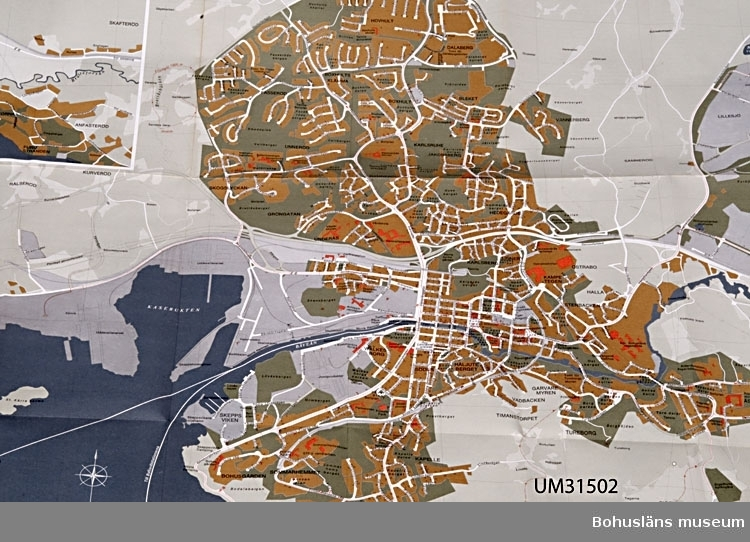 Karta tryckt 1974 över Uddevalla kommun; Kommunkarta och vägvisare Uddevalla. Omslagets bild är tecknad av uddevallakonstnären Caje Huss (1921-2007).  Föremålet har använts av familjen Abrahamson i deras sommarstuga i Sundsandvik, byggd 1939. För ytterligare upplysningar om förvärvet, se UM031385.