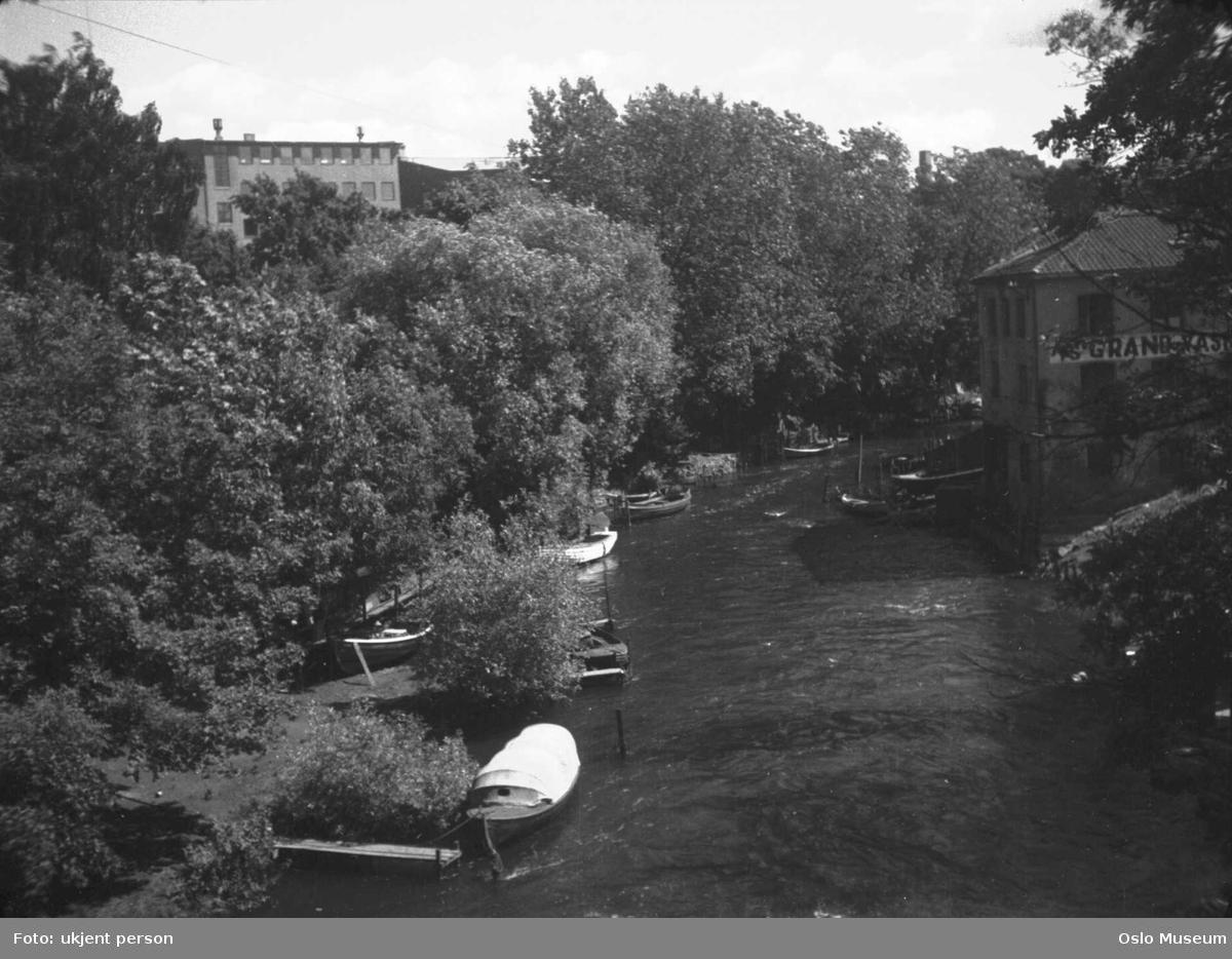 elv, småbåter, løvskog, fabrikkbygninger