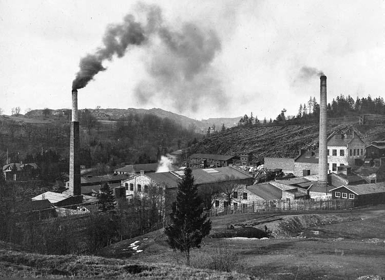 """Enligt text på originalet: """"Munkedals pappersbruk. Sulfitfabriken till höger. Efter sulfitfabrikens återuppbyggnad efter branden mars 1911. Ivar Lindeberg var ingenjör vid sulfitfabriken 1-4-1911-30-6-1913""""."""