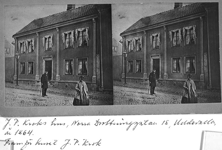 """""""J. P. Kroks hus, Norra Drottninggatan 18, Uddevalla, år 1864. Framför huset J. P. Krok"""""""