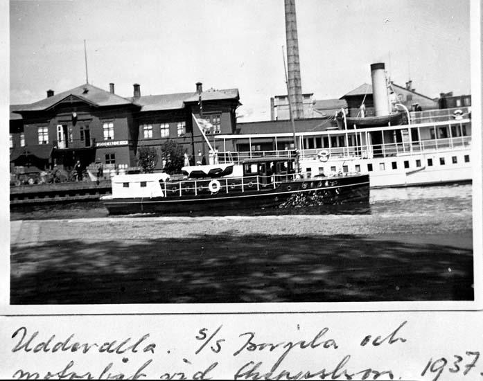 """Text på kortet: """"Uddevalla, s/s Borgila och motorbåt vid skeppsbron 1937""""."""